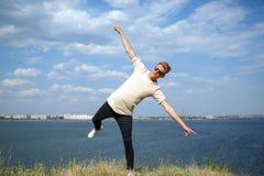 Adolescente que se divierte cerca del río Un individuo joven elegante en un fondo natural Concepto casual de la moda Copie el esp Fotos de archivo libres de regalías