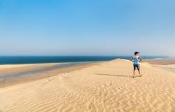 Adolescente que se divierte en el desierto Fotos de archivo libres de regalías