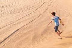 Adolescente que se divierte en el desierto Fotos de archivo