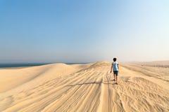 Adolescente que se divierte en el desierto Foto de archivo
