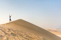 Adolescente que se divierte en el desierto Foto de archivo libre de regalías