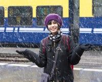 Adolescente que se divierte en la nieve Imagen de archivo