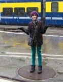 Adolescente que se divierte en la nieve Foto de archivo