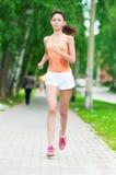 Adolescente que se ejecuta en parque verde Imagen de archivo