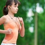 Adolescente que se ejecuta en parque verde Imagenes de archivo
