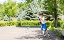Adolescente que se goza patinaje sobre ruedas Foto de archivo libre de regalías