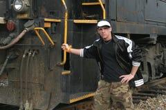 Adolescente que se inclina contra la locomotora Imagenes de archivo