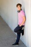 Adolescente que se inclina contra la pared Foto de archivo