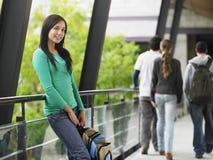 Adolescente que se inclina contra la verja Imagen de archivo libre de regalías