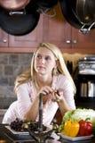 Adolescente que se inclina en el pensamiento del contador de cocina Foto de archivo libre de regalías
