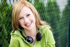 Adolescente que se inclina en la cerca Imagenes de archivo