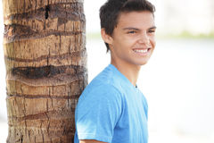 Adolescente que se inclina en un árbol Imágenes de archivo libres de regalías