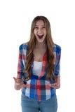 Adolescente que se opone al fondo blanco Foto de archivo libre de regalías