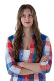 Adolescente que se opone al fondo blanco Foto de archivo
