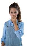 Adolescente que se opone al fondo blanco Imagenes de archivo
