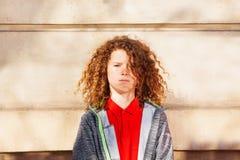 Adolescente que se opone a la pared al aire libre Imagen de archivo libre de regalías