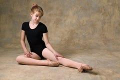 Adolescente que se prepara para el ballet Imagen de archivo libre de regalías