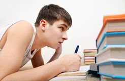 Adolescente que se prepara para el examen Foto de archivo libre de regalías