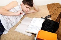 Adolescente que se prepara para el examen Imagenes de archivo