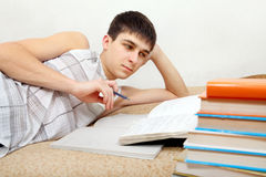 Adolescente que se prepara para el examen Fotografía de archivo libre de regalías