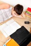 Adolescente que se prepara para el examen Foto de archivo