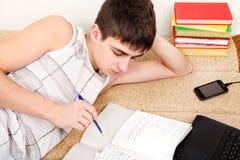 Adolescente que se prepara para el examen Fotos de archivo