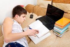 Adolescente que se prepara para el examen Fotos de archivo libres de regalías
