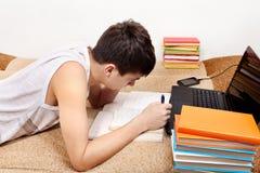 Adolescente que se prepara para el examen Imagen de archivo