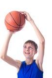 Adolescente que se prepara para lanzar la bola para el baloncesto Aislado en el fondo blanco Fotos de archivo libres de regalías