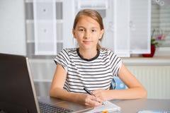 Adolescente que se prepara para los exámenes Adolescente que hace la preparación Imagenes de archivo