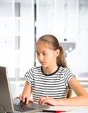 Adolescente que se prepara para los exámenes Adolescente que hace la preparación Imágenes de archivo libres de regalías