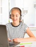 Adolescente que se prepara para los exámenes Adolescente que hace la preparación Fotografía de archivo libre de regalías