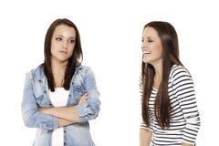 Adolescente que se ríe de su hermana Fotos de archivo