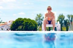 Adolescente que se relaja cerca de la piscina Imagen de archivo