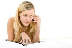 Adolescente que se relaja con el móvil Foto de archivo