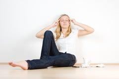 Adolescente que se relaja dentro Foto de archivo libre de regalías