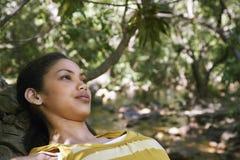 Adolescente que se relaja en bosque Imagen de archivo libre de regalías