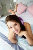 Adolescente que se relaja en cama Fotografía de archivo libre de regalías