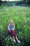 Adolescente que se relaja en campo Fotos de archivo libres de regalías