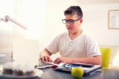 Adolescente que se relaja en casa Imagenes de archivo
