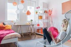 Adolescente que se relaja en dormitorio Fotos de archivo libres de regalías