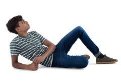 Adolescente que se relaja en el fondo blanco Foto de archivo
