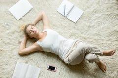 Adolescente que se relaja en el piso de la sala de estar Imágenes de archivo libres de regalías