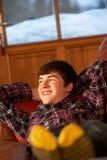 Adolescente que se relaja en el sofá Imagen de archivo libre de regalías