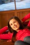 Adolescente que se relaja en el sofá Imagenes de archivo