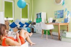 Adolescente que se relaja en interior acogedor Fotos de archivo libres de regalías