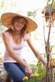 Adolescente que se relaja en jardín Fotografía de archivo libre de regalías