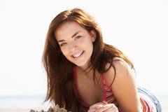 Adolescente que se relaja en la playa Foto de archivo libre de regalías