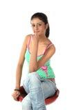 Adolescente que se relaja en la silla Foto de archivo