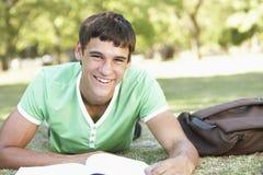 Adolescente que se relaja en parque Imagen de archivo libre de regalías